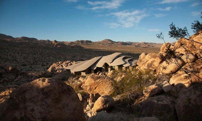 Ngắm nhìn ngôi biệt thự độc đáo nằm trên sa mạc